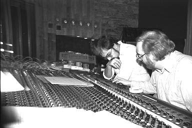 El compositor Amin Bhatia y el ingeniero y productor Dan Lowe en la consola de mezclas durante la grabación de The Interstellar Suite