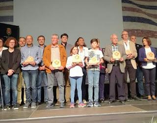 En el centro, Candela y Pablo sostienen, orgullosos, el tercer premio otorgado a En Bici al Sorolla