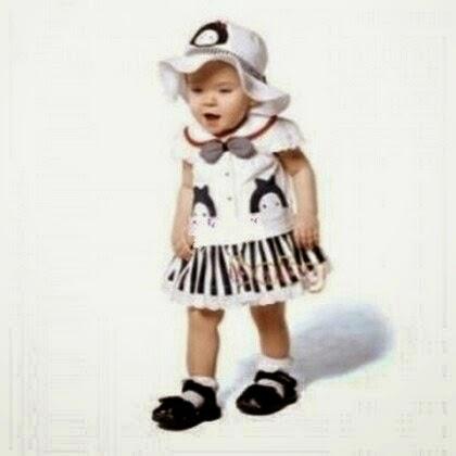 gambar bayi lucu bermain salju