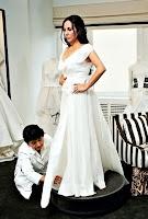 Bir bayan beyaz elbise veya gelinlik provası yaparken