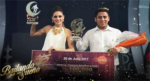 Marina Palomino y Álvaro Cavero reciben en sus manos el cheque de 100.000 bs
