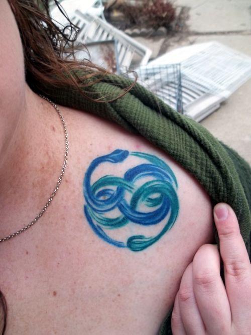 chica adolescente con tatuaje de ouroboros