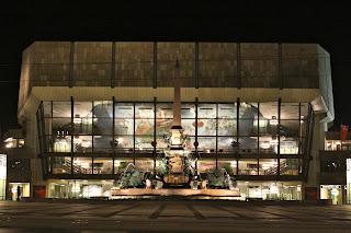 Gewandhaus Leipzig bei Nacht mit Wandgemälde