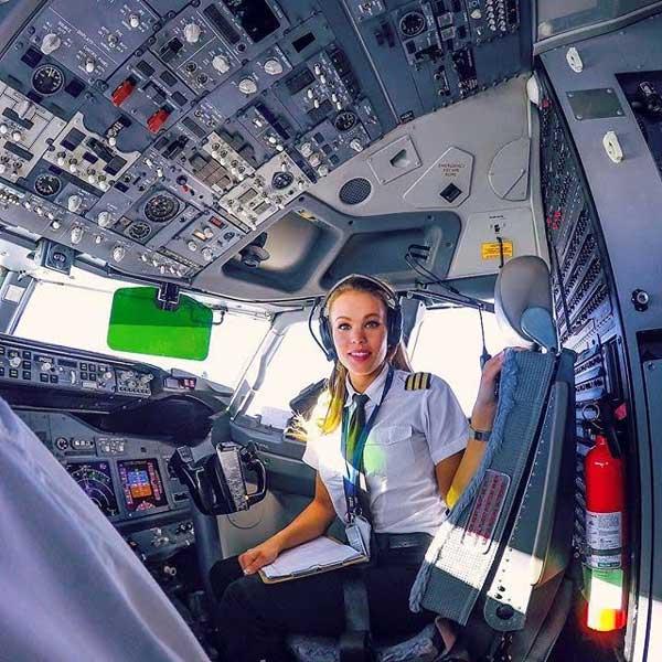 Te presento a la piloto más sexy del mundo; ¡Mira lo que hace a mitad del vuelo!