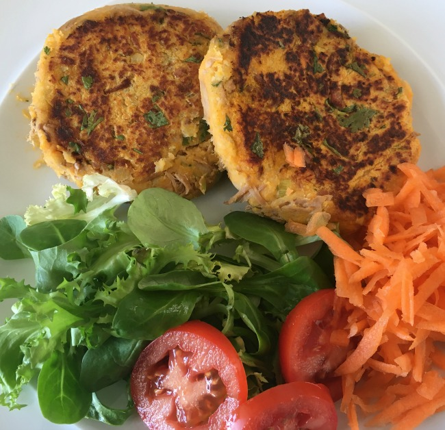 Slimming-world-syn-free-fish-cakes-and-green-salad-with-grated-carrot-and-sliced-tomatoes