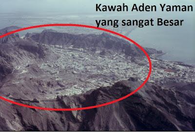 Dalam banyak hadist, Rasulullah memperingatkan kita akan kemunculan Hari Kiamat. Mulai dari kemunculan tanda-tanda kiamat kecil yang mengiringi kemunculan kiamat besar. Bahkan dalam hadist-hadit tertentu Rasulullah menceritakan secara detail tentang tempat dan kondisi yang akan terjadi mengenai hari kiamat ini. Salah satunya beliau telah mengabarkan kita tentang kemunculan api di Yaman.   Perhatikan Kawah Gunung Aden Yaman yang sangat besar ini     Api di Yaman ini termasuk kedalam sepuluh tanda kiamat besar. Api ini akan muncul di Yaman setelah terjadi  khasf (penenggelaman bumi) di bagian timur, bagian barat dan di Jazirah Arab. Api ini akan menggiring seluruh manusia yang masih hidup ke Syam. Setelah semua manusia berkumpul di Syam, barulah Allah menunjukkan kedasyatan hari kiamat.