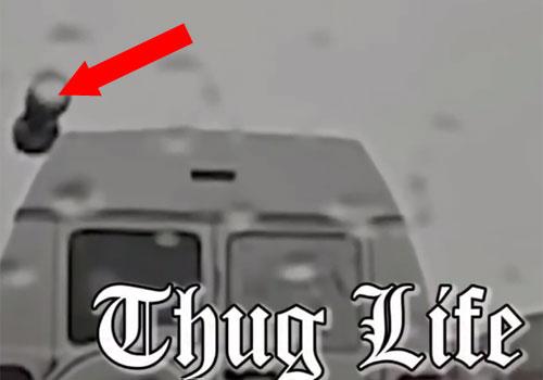 Momento Thug Life en la vida real, cuando los de una furgoneta intentan hacer desaparecer la droga.