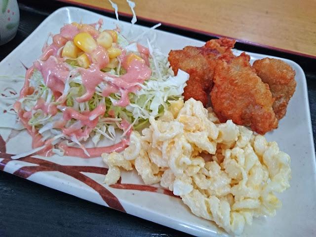 チキン唐揚とマカロニサラダとコーンサラダの写真