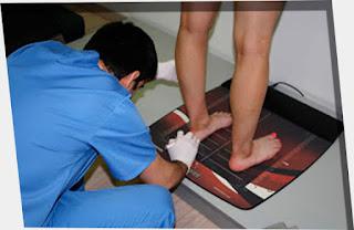 Estudiando nuestras pisadas, se puede determinar los errores en nuestra postura al pararnos, o los males que sufren nuestras piernas a causa del peso, y esfuerzo, así podemos prevenir daños en nuestra anatomia, y corregir dolencias.