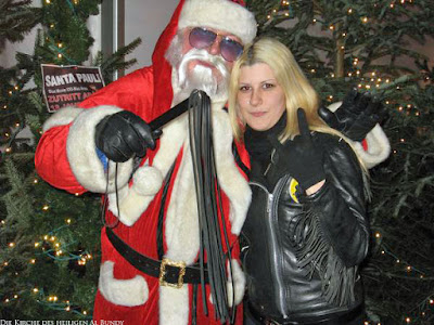 Lustiger Weihnachtsmann mit Rute und Frau zum lachen