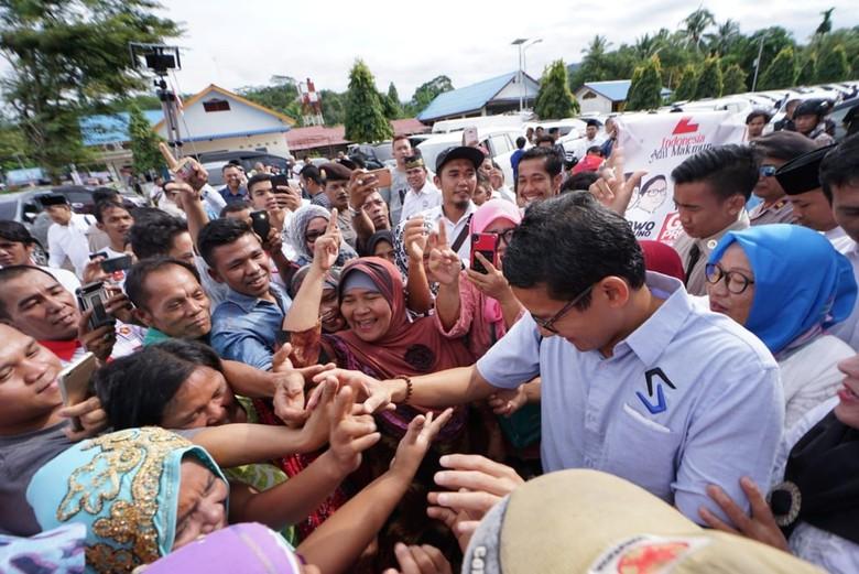 Disambut Pendukung Jokowi, Sandi Lakukan Sikap Terpuji Ini