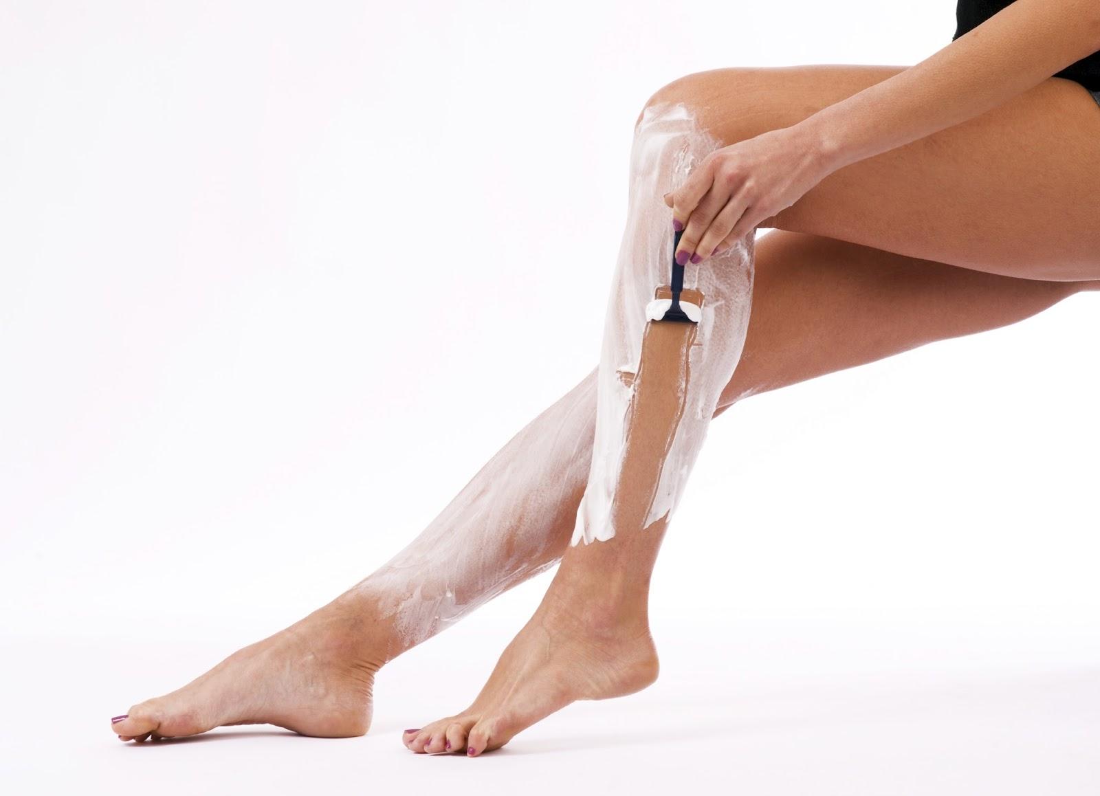 Показать фото женщин с раздвинутыми ногами в простых женских трусах пошел