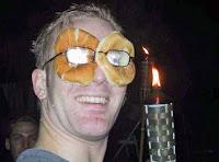 Mann fröhlich im Urlaub - lustige Brill zum Essen
