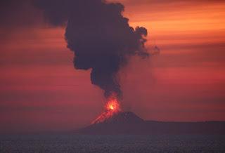 انفجار بركان آناك كراكاتوا في اندونيسيا تسونامي 2018 اليوم Indonesia tsunami Anak Krakatau volcano