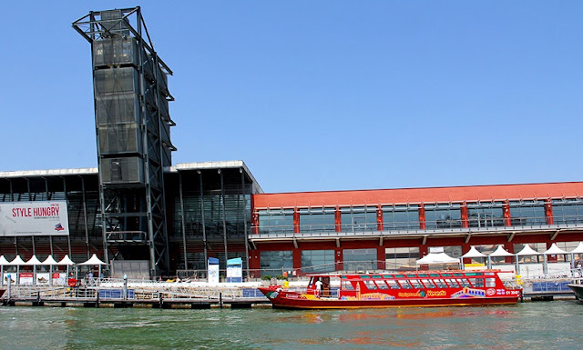 Barco turístico parado em canal de Veneza