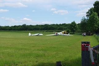 Segelflugzeuge liegen auf einer Wiese