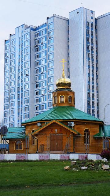 На фото - вид на Храм Алексия, человека Божия в Крылатском