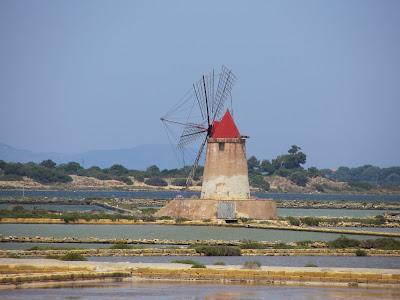 Windmolen bij de zoutpannen bij Marsala op Sicilie