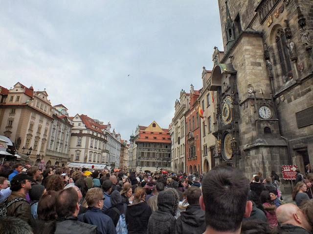 Viendo la actuación del reloj de Praga