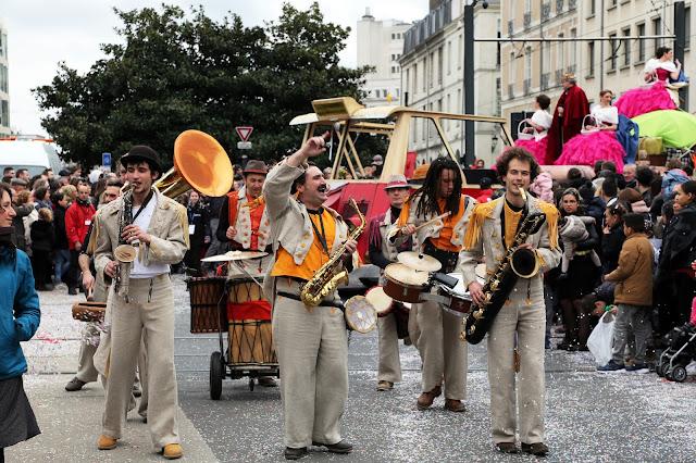 La fanfare KAFI de Nantes et Rennes joue des grooves africains avec ses percussions africaines et des cuivres. Spectacle en fixe ou déambulation pour festivals, carnavals, fêtes de rue. Spectacle 2016