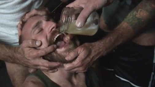 Homem tomando porra