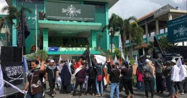 Dikira Demo, Banser Halau Sekelompok Orang Membawa Bendera Bertuliskan Kalimat Tauhid di Kantor PWNU Jatim