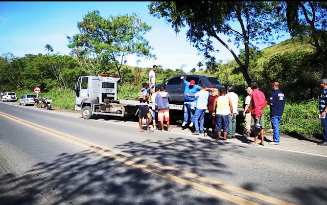 Casal é encontrado com marcas de tiros dentro de carro em acostamento da BR-101,na Bahia