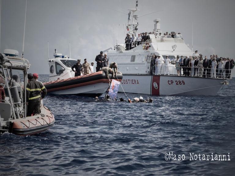La garde côtière italienne sauvant des migrants en Méditerranée centrale.