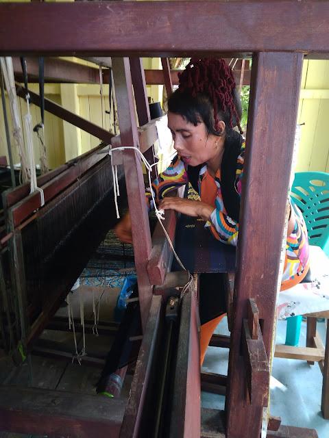 menenun di rumah tenun