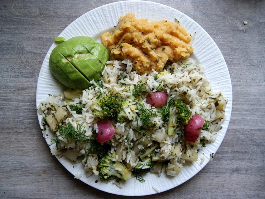 Lekki obiad wegetariański - warzywa z soczewicą i ryżem albo kaszą gryczaną