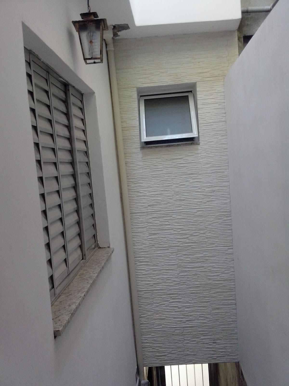 de ar com tijolo vazado recebeu uma janela redonda de madeira #58524B 1200 1600