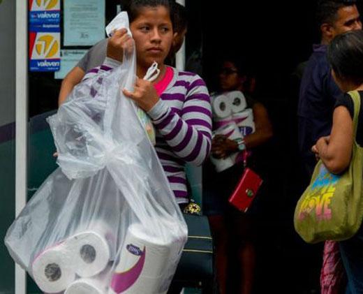 El impactante contraste entre la escasez y la abundancia en los supermercados de Venezuela