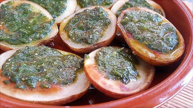 Papas asadas con salsa de albahaca