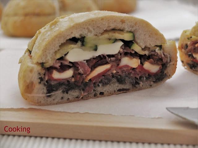 Sanduiche com presunto, mozzarella, pimento assado, tomate seco, courgete e tapenade.