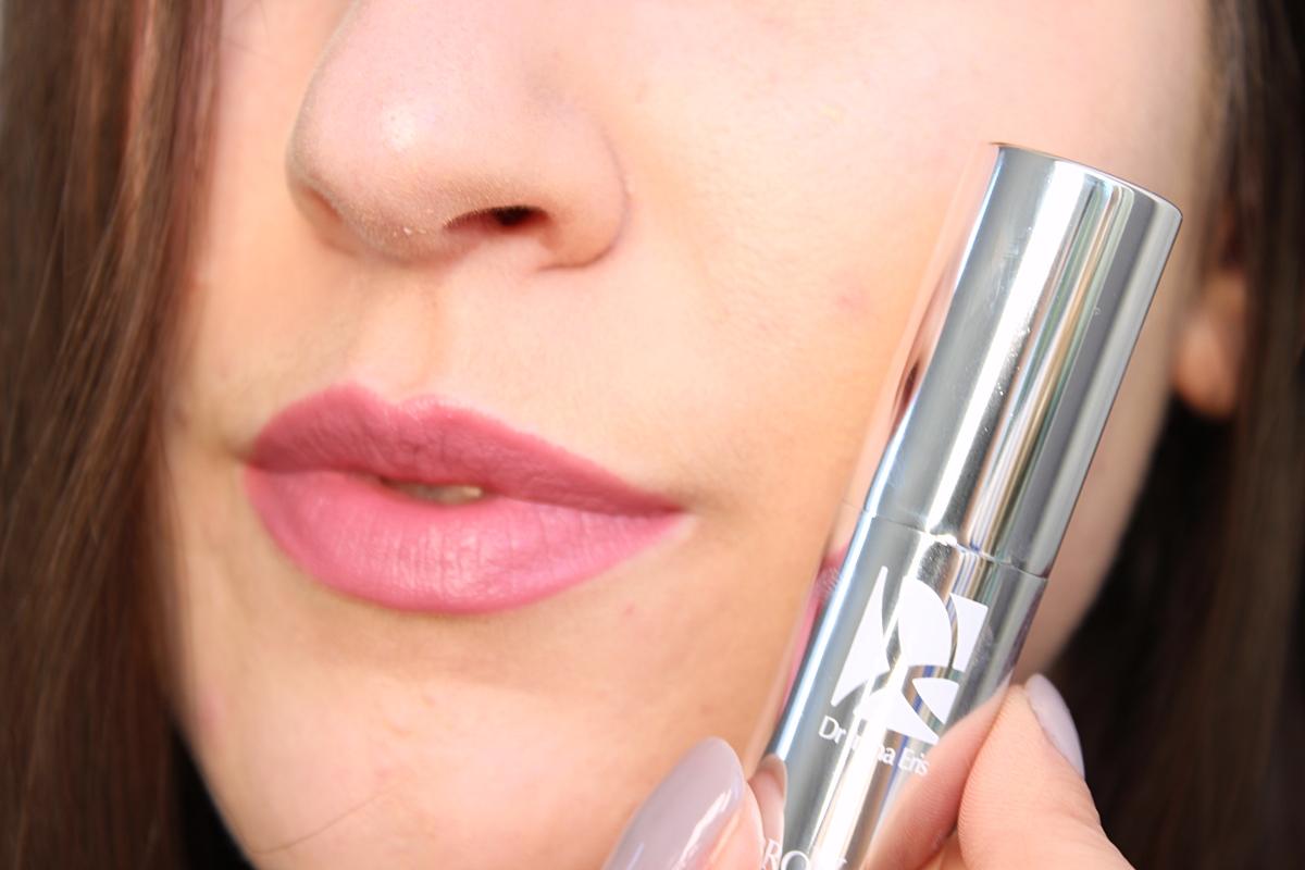 Dr Irena Eris pomadka matująca Real Matt Lipstick - Pink Nuance N°607 na ustach