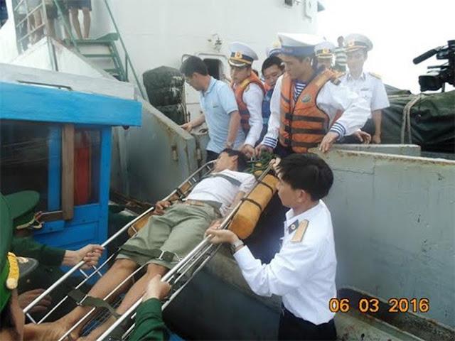 Ngư dân bị bệnh được cán bộ, chiến sĩ tàu 628 dùng cáng chuyển lên bờ cấp cứu.