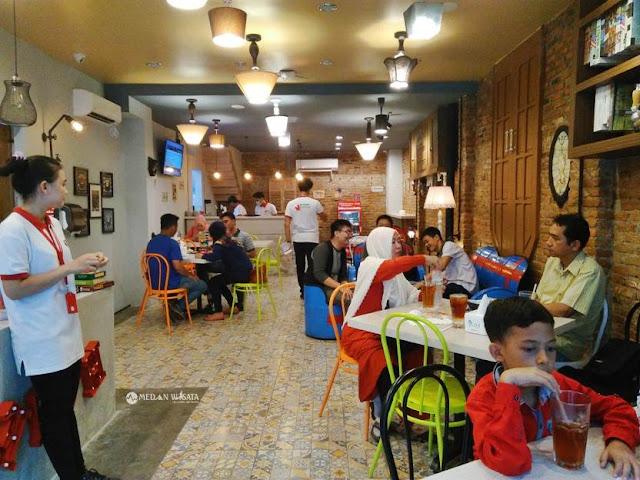 Kafe Terbalik : Tempat Foto Unik di Medan