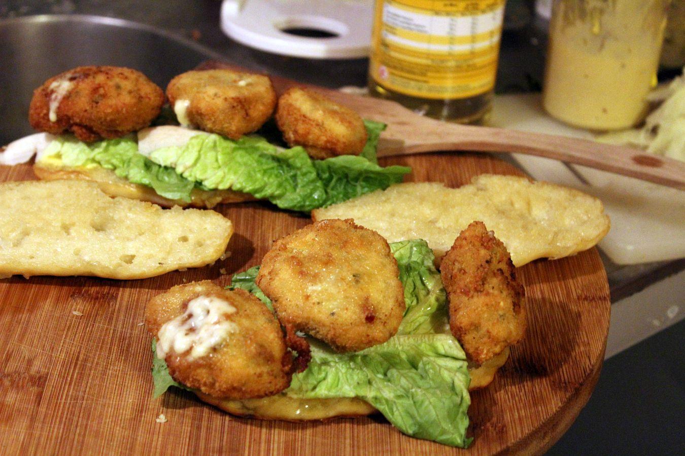 Sandwich Mit Chicken Cheesenuggets Streetfood Am Tisch