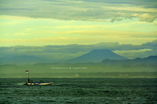 Pantai Pangandaran di sore hari dengan background Gunung Cikuray