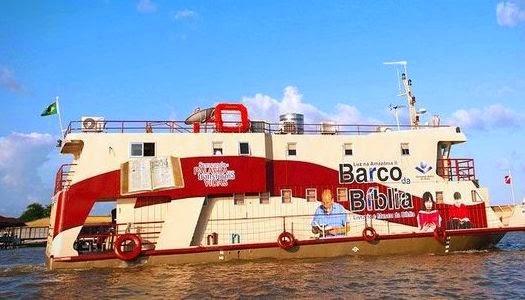 Barco distribuye Biblias en la selva amazónica