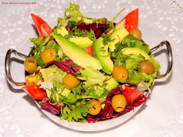 Błyskawiczna sałatka z awokado, oliwkami, pomidorami i mixem sałat.