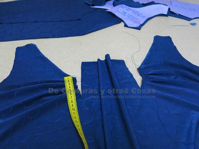 blusa con drapeado en el escote