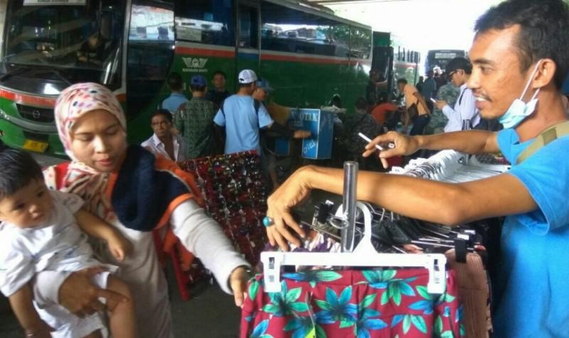 Pedagang kaki lima di trotoar Blok F Pasar Tanah Abang