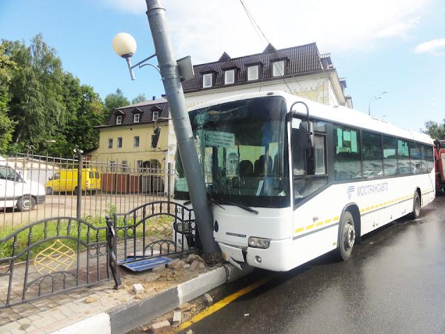 Автобус врезался в столб в Сергиевом Посаде