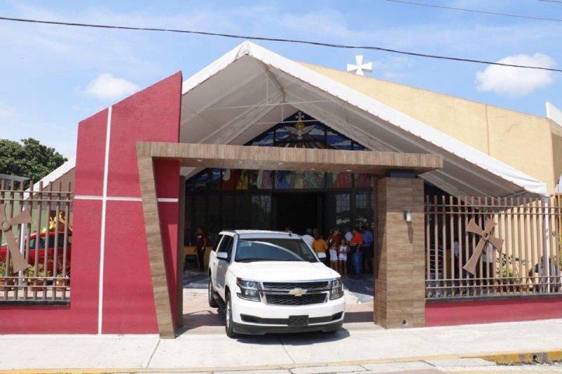 Uno de los municipios más pobres de Tabasco regala camioneta de superlujo a iglesia.