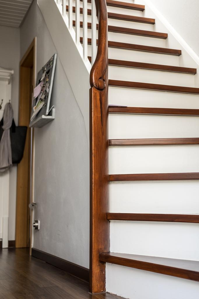 fim.works | Lifestyle Blog | Flur im New Hampshire-Look: Weiß und Dunkelbraun lackierte Holztreppe, Hellgraue Wände mit Stuckleisten, New Hampshire-Look