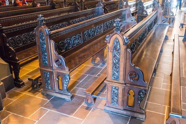 A Catedral de Curitiba - detalhes do interior - banco em madeira talhada