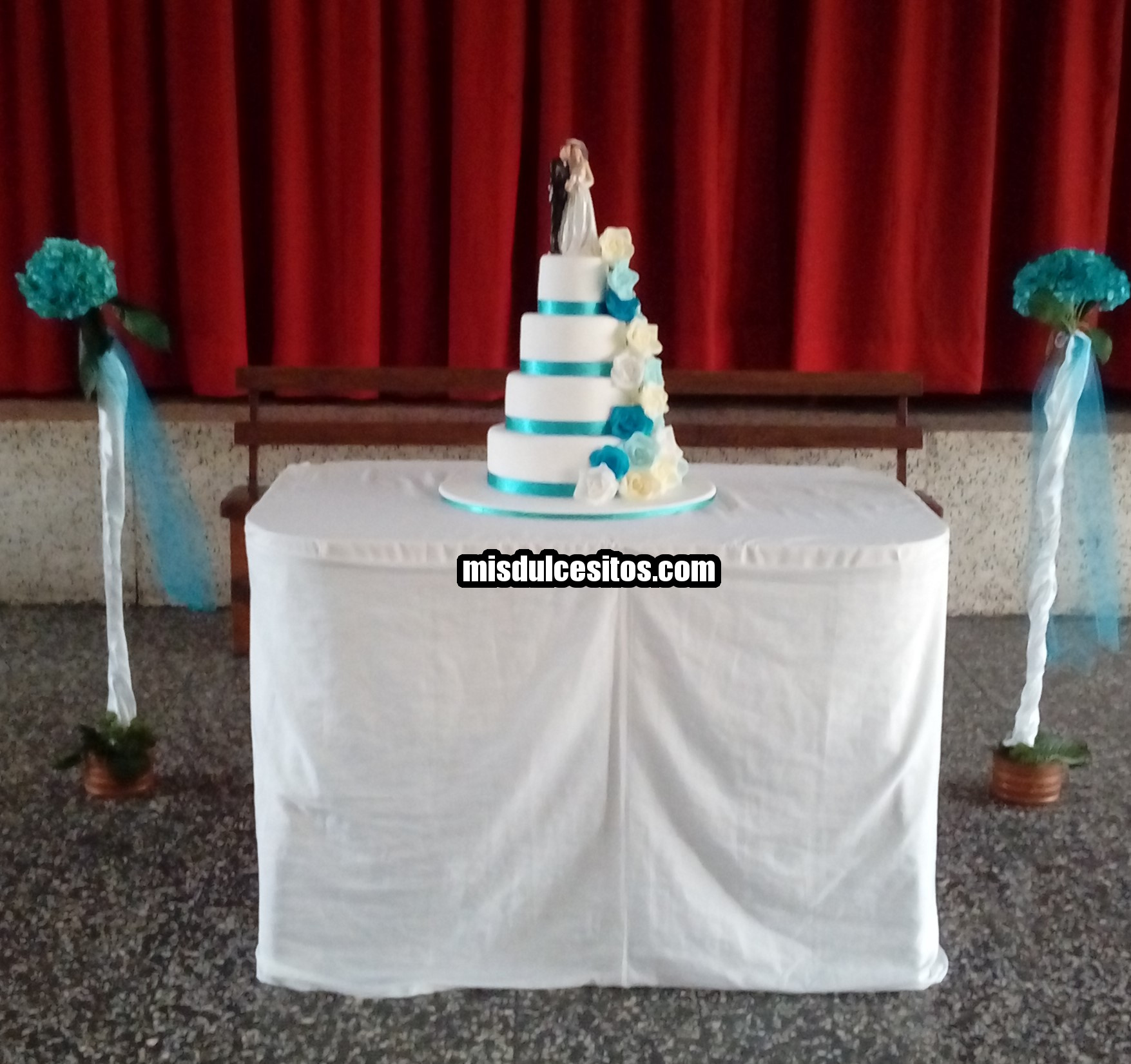 Torta de boda con rosas turquesas celestes y blancas. Venta de tortas de boda en Lima, Perú.