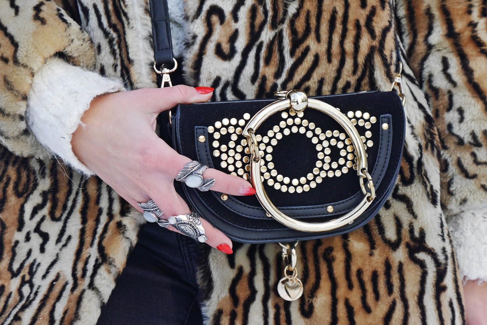 futerko w panterkę czapa z pomoponem karyn blog modowy blogerka modowa czarne spodnie biały golf ciekawy blog o modzie modowe stylizacje