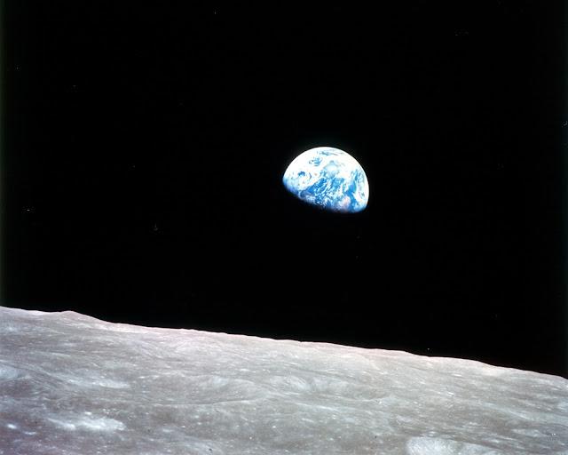 """Tấm hình """"Earthshine"""" nổi tiếng chụp từ Apollo 8, đây là sứ mệnh đầu tiên của con người bay xung quanh Mặt Trăng rồi trở về địa cầu an toàn. Phi hành đoàn đã tới quỹ đạo của Mặt Trăng vào đêm Giáng Sinh 24 tháng 12 năm 1968 và phát sóng một chương trình trực tiếp cho thấy Trái Đất và Mặt Trăng từ chỗ của họ. Bản quyền hình ảnh : NASA."""